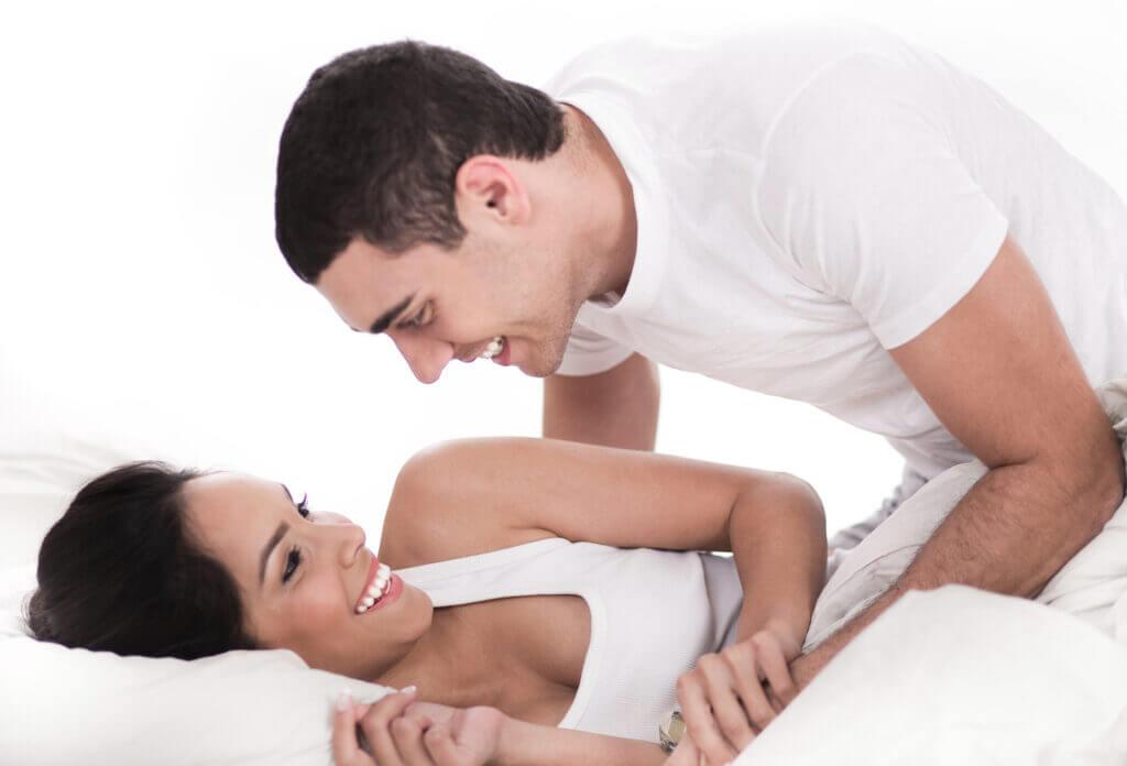 Par hygger sig i sengen