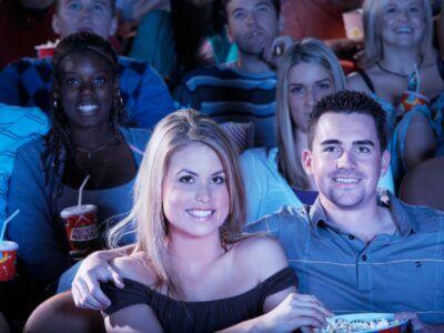 Kærestepar er i biografen