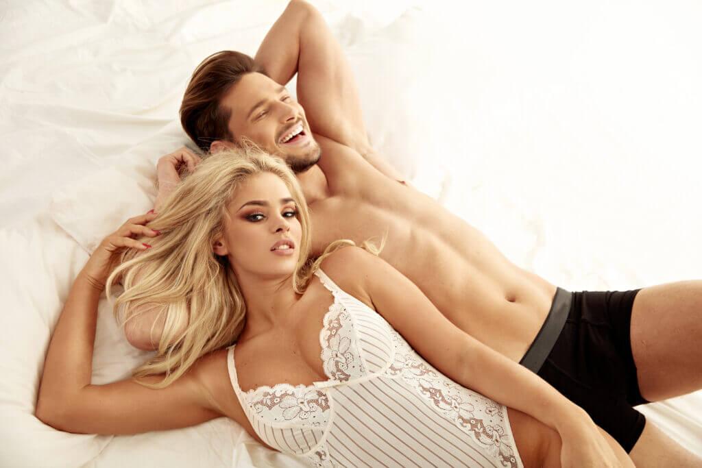 Sexet par ligger i sengen