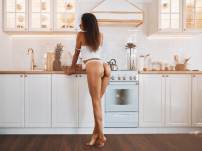 Sexet kvinde laver mad