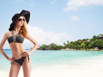 Smuk kvinde på stranden