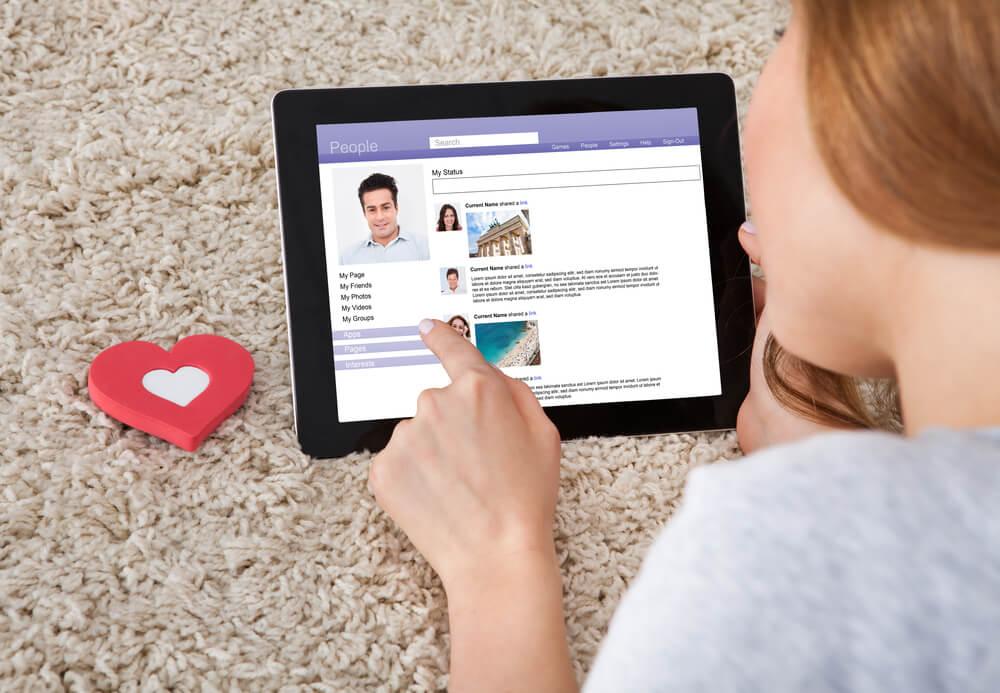 Kvinde bruger online dating
